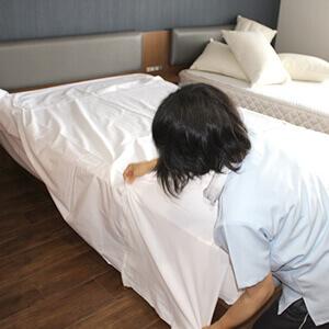 ベッドメイキングの様子の写真