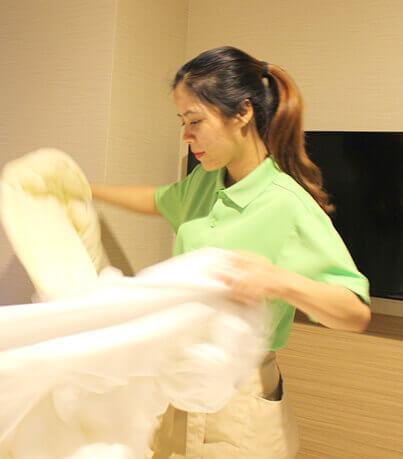 女性外国人スタッフの清掃の写真