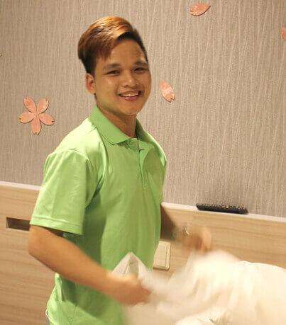 男性外国人スタッフの清掃の写真