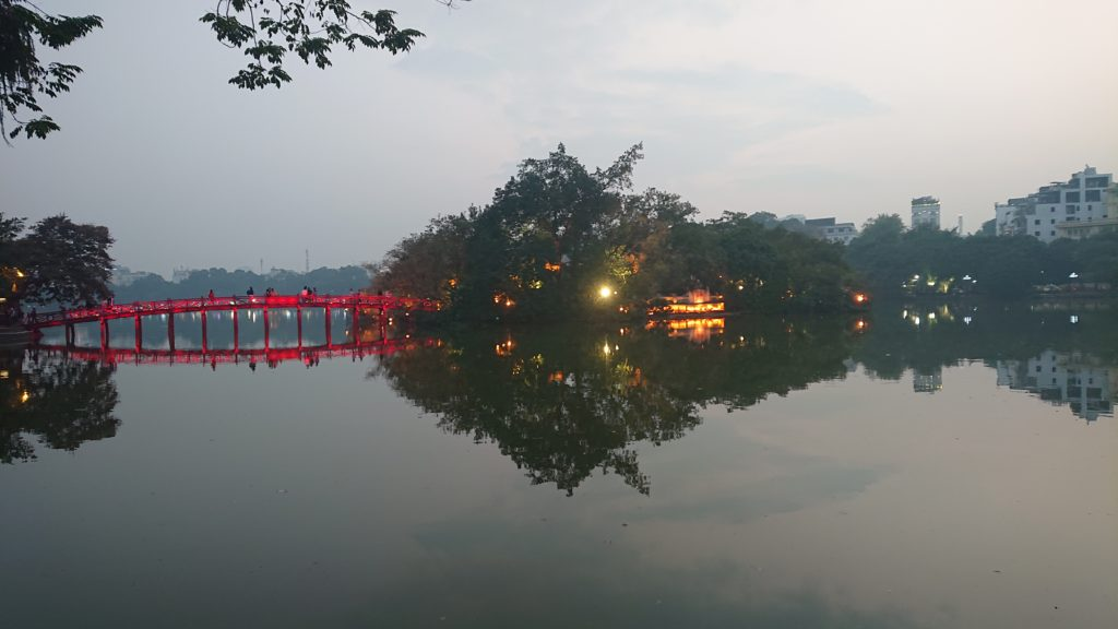 ホアンキエム湖のライトアップ